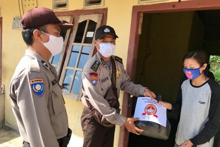 Polres Bangka Tengah bagikan sembako kepada warga terdampak COVID-19