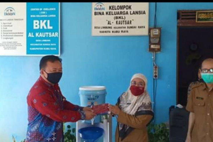 BKKBN Kalbar berikan bantuan APD kepada kelompok BKL Al-Kautsar