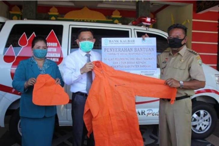 Bupati Sanggau serahkan bantuan Bank Kalbar
