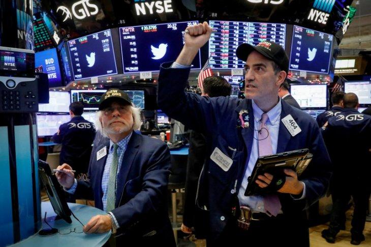 Wall Street beragam, S&P 500 dan Dow jatuh karena ketakutan lonjakan COVID-19
