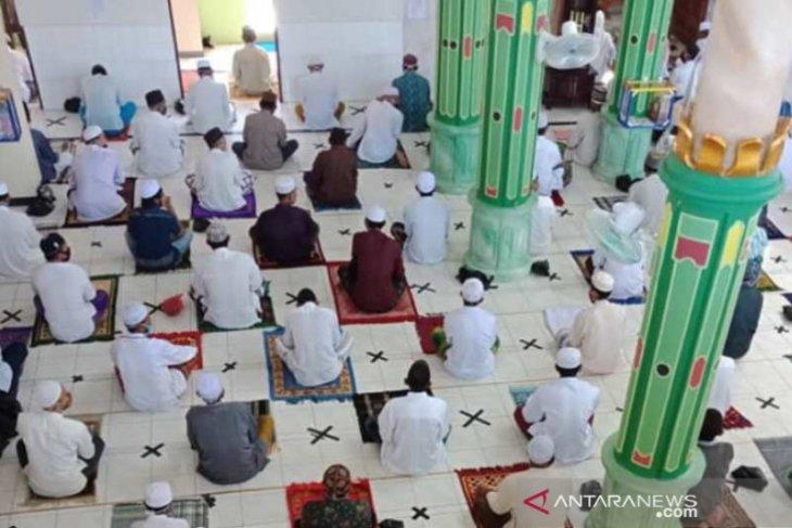 Masjid di Daha Selatan terapkan jaga jarak pola silang papan catur