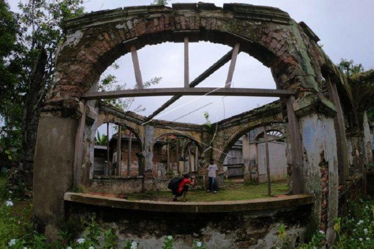 Bangunan cagar budaya Rumah Batu di tepian Sungai Batanghari yang terbengkalai