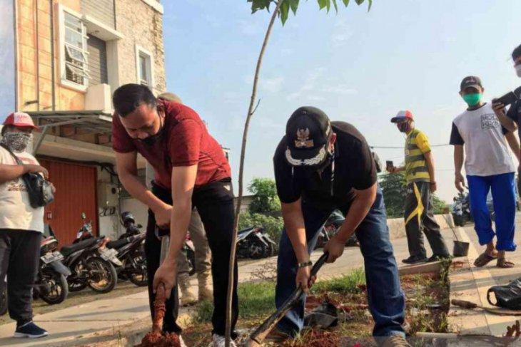 1.000 bibit pohon ditanam di Jalan Raya Kota Bekasi