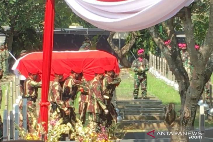 Jenazah mantan Kasad Pramono Edhie Wibowo dimakamkan di TMP Kalibata