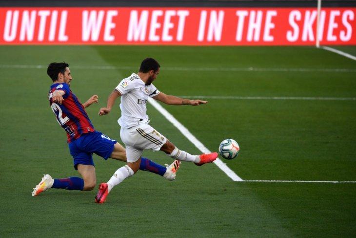 Hazard ditarik ke luar lapangan, kaki kanannya dikompres