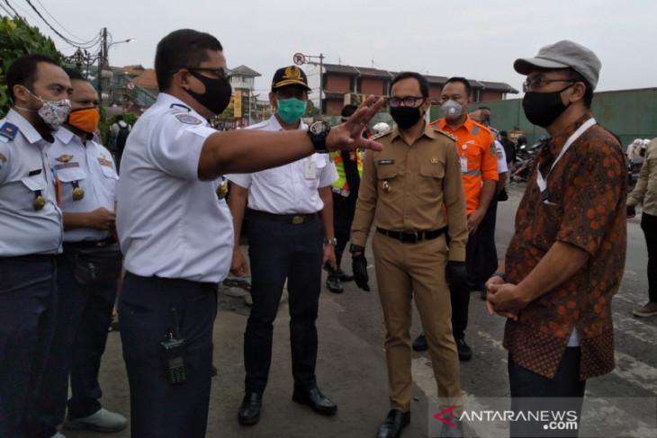 Penumpang KRL di Stasiun Bogor masih menumpuk pada Senin pagi