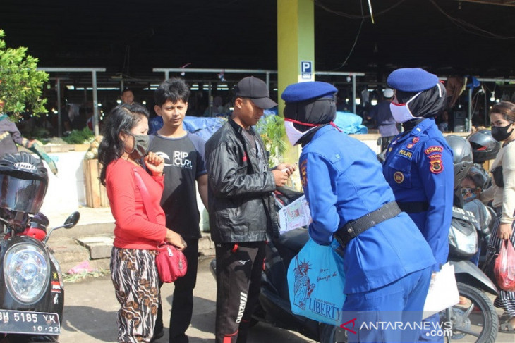 Ditpolairud Polda Jambi bagikan masker kepada pedagang