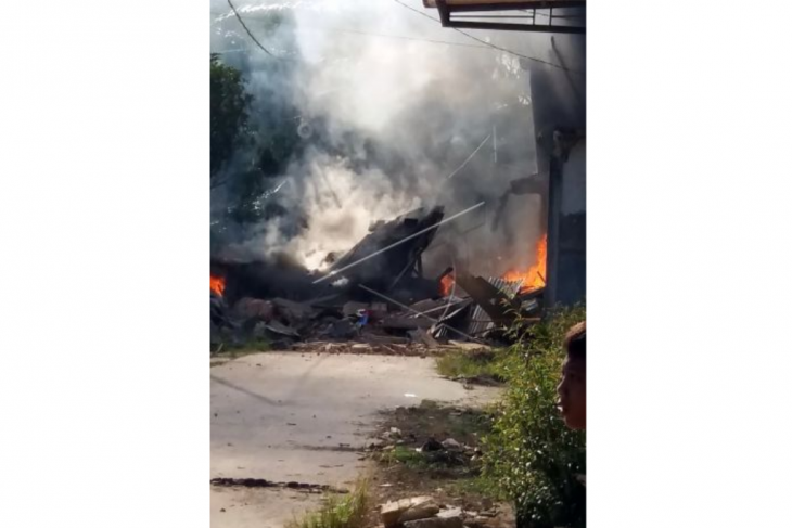 Pesawat Hawk 209 jatuh dan terbakar di pemukiman warga