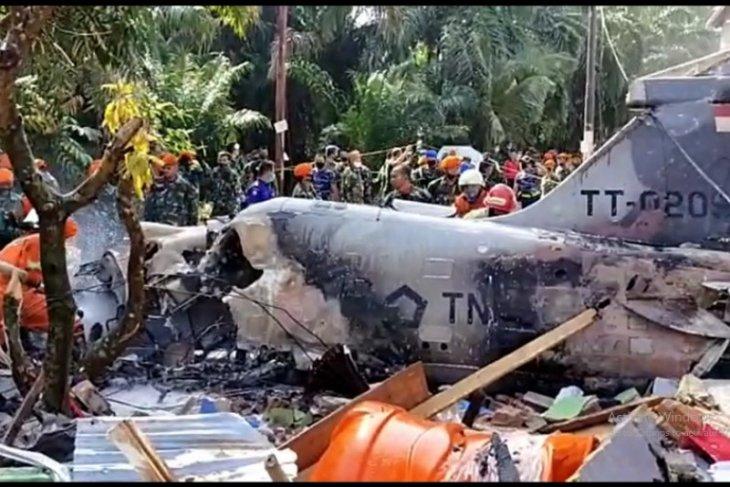 Pesawat TNI AU jatuh, kursi pelontar pesawat timpa rumah warga