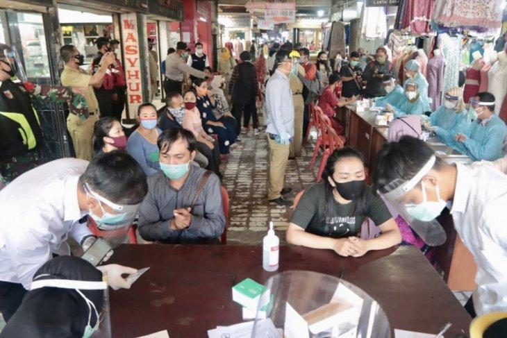 Pemkot Malang gencarkan tes cepat COVID-19 di pasar rakyat.