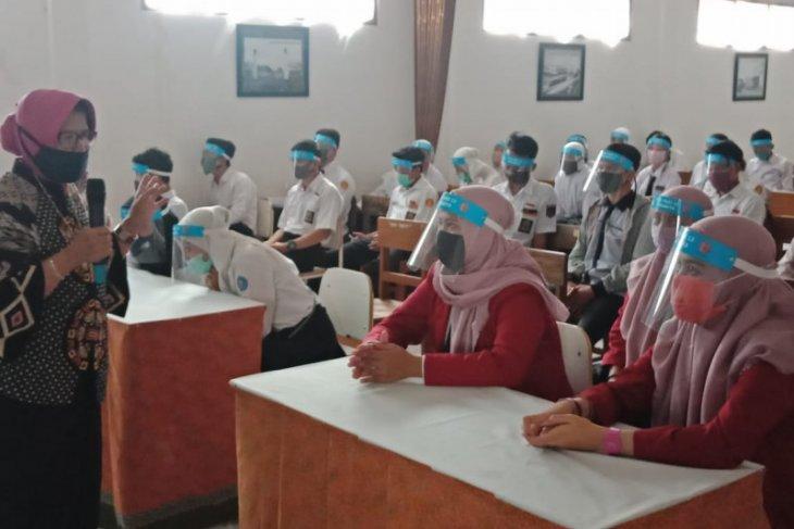 SMK PGRI 13 Surabaya simulasikan penerapan normal baru di sekolah