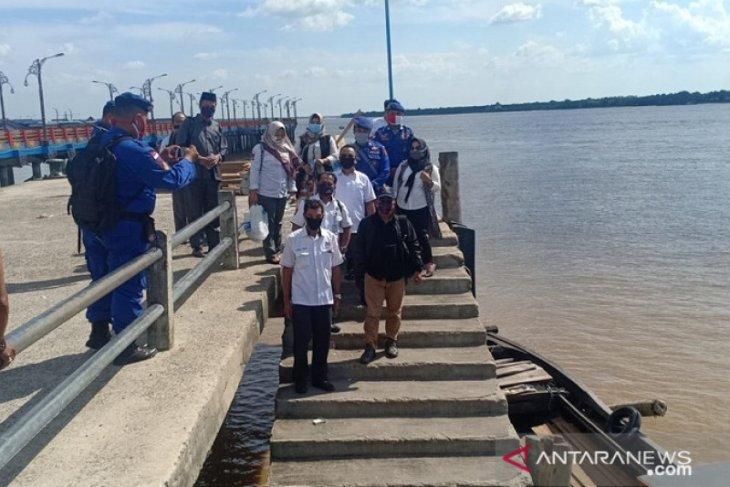Polisi perairan Jambi bagikan masker kepada penumpang kapal