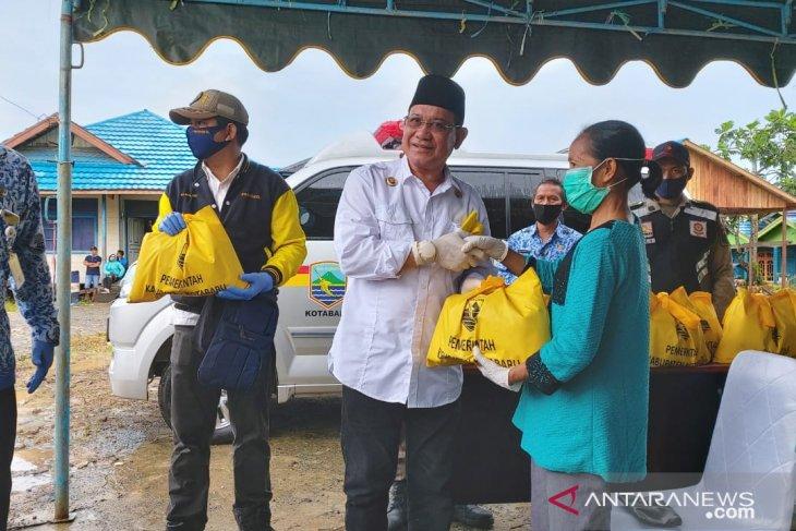 Bupati serahkan bantuan bagi warga  terdampak COVID-19 di tiga kecamatan