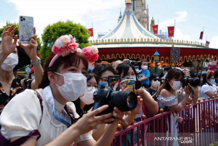 Disneyland California kembali tunda  pembukaannya bulan depan