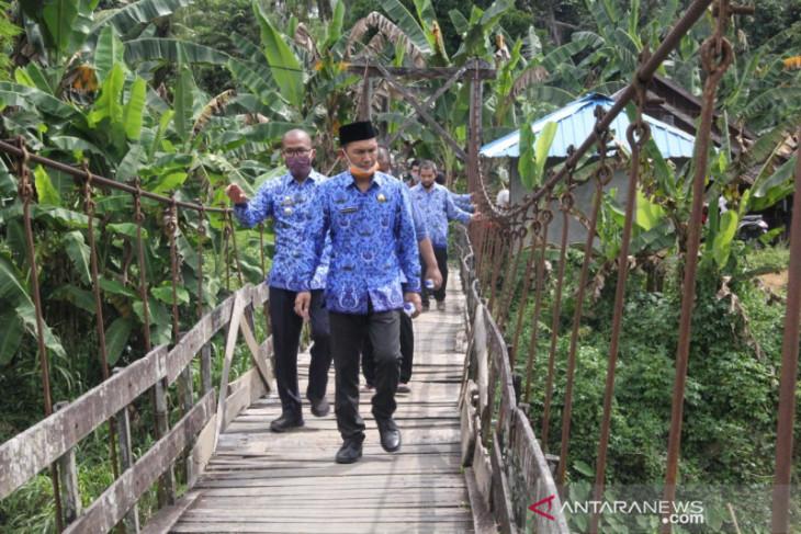 Wabup HST tinjau jembatan gantung dan Tanggul yang longsor di Kecamatan Batara