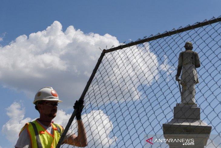 Patung jenderal Konfederasi digulingkan, Trump katakan itu sebagai aib