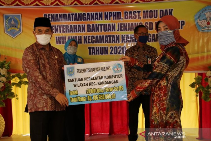Bupati HSS serahkan bantuan untuk PAUD, SD dan SMP se Kecamatan Kandangan