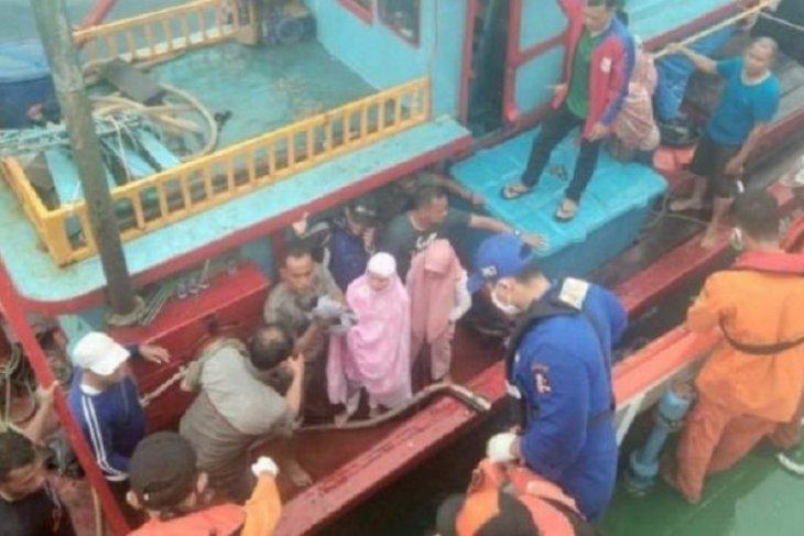 Puluhan penumpang kapal nelayan berhasil dievakuasi tim SAR dari tengah laut