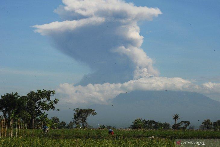 Gunung Merapi dua kali erupsi pada Minggu pagi