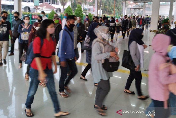 Antrean penumpang KRL di Stasiun Bogor masih sangat panjang pada Senin pagi