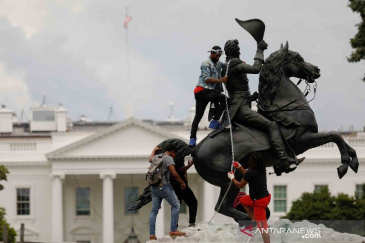 Demonstran gagal menjatuhkan patung Andrew Jackson dekat Gedung Putih