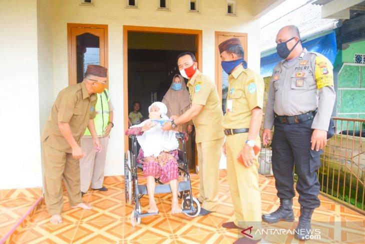 Wakil Bupati Bangka salurkan bantuan kursi roda
