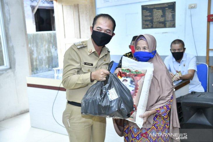 Bupati Bangka salurkan ribuan paket sembako di delapan desa