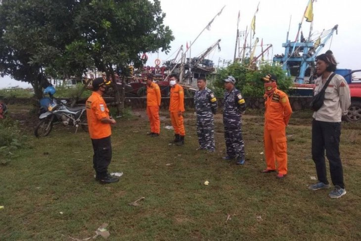Tim evakuasi berdoa sebelum mencari tujuh nelayan hilang di selat sunda