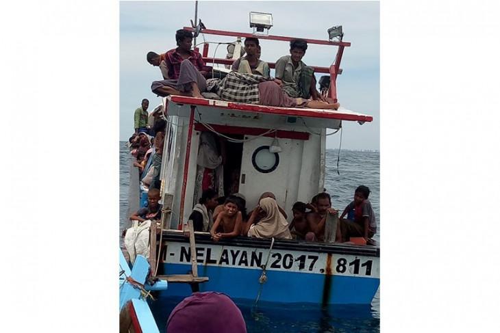 Nelayan Aceh evakuasi puluhan warga Rohingya terkatung di laut