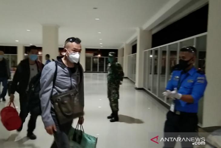 Setibanya di bandara, TNI - Polri kawal ketat ratusan TKA asal China untuk naik ke mobil
