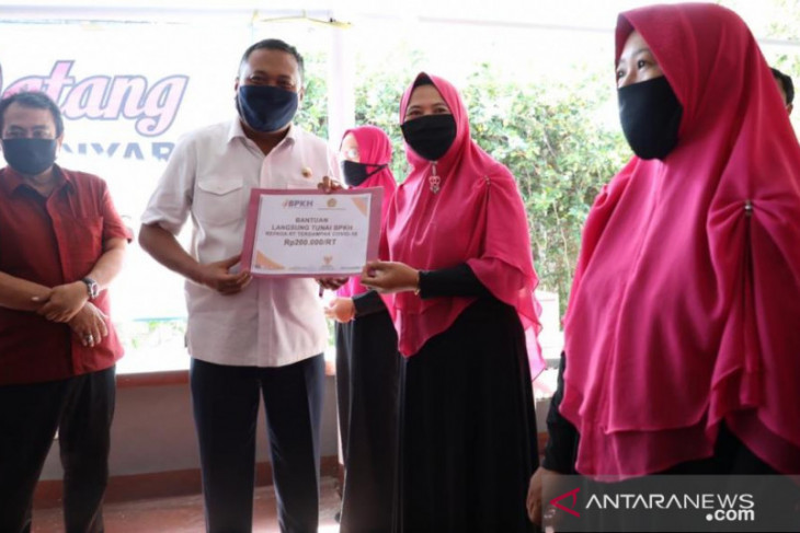 Bupati Gianyar dan DPR serahkan BLT-bahan pokok kepada warga Muslim
