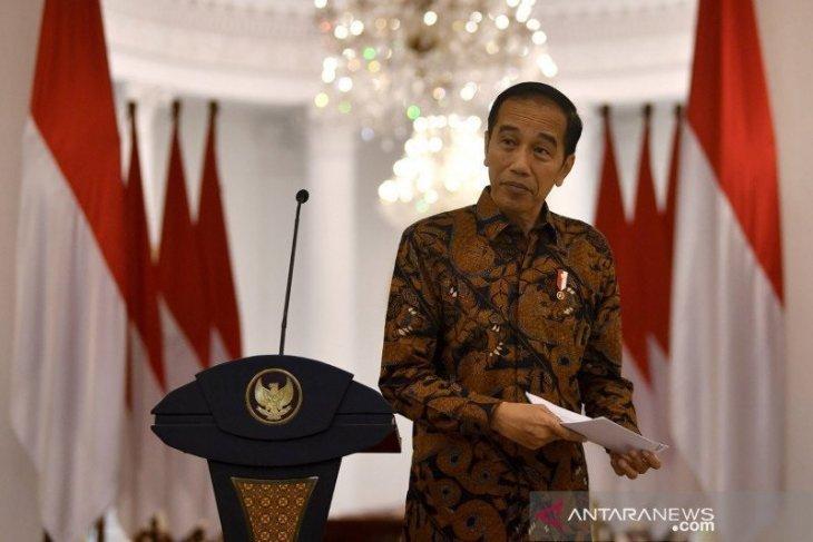 Presiden menganugerahkan tanda kehormatan Bintang Bhayangkara Nararya