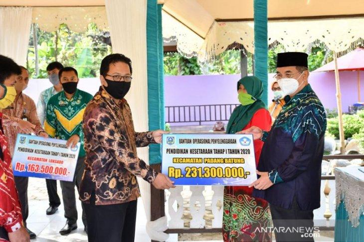 Bantuan peningkatan mutu pendidikan Loksado dan Padang Batung diserahkan