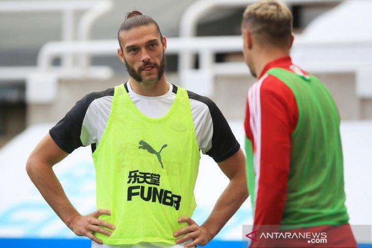 Newcastle umumkan perpanjangan kontrak Carroll dan Manquillo