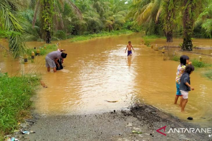 Jalan antar desa di Seluma selalu terendam setiap hujan