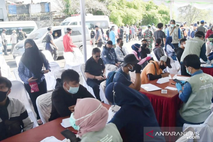 Hasil tes COVID-19 massal wisatawan di Puncak Bogor, dua positif