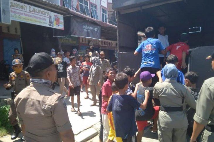 Asik main game online, Satpol PP Aceh Timur tangkap belasan pelajar di warnet
