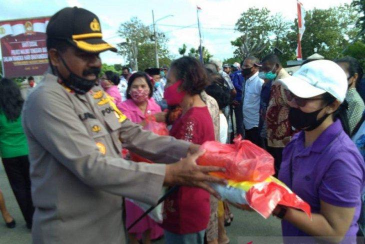 Polres MTB bagikan sembako untuk warga Tanimbar