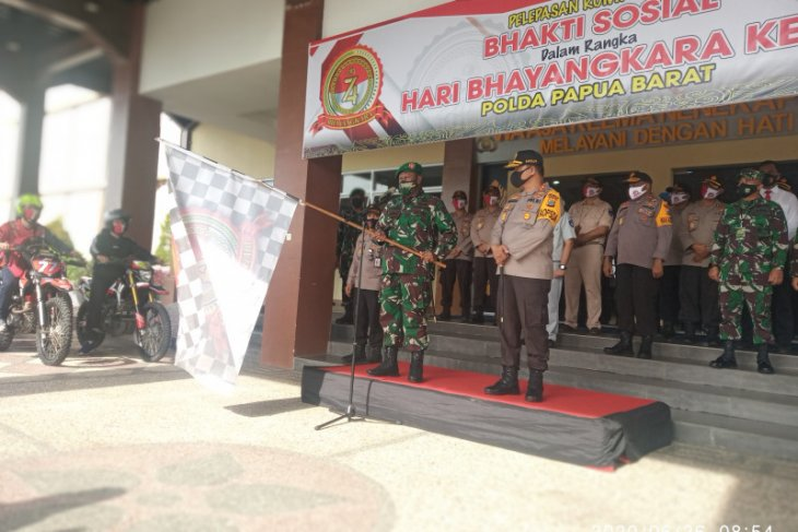 Polda Papua Barat kembali salurkan paket bansos dampak COVID-19