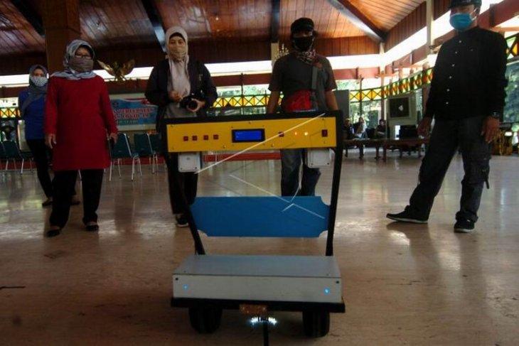 Robot pengantar obat pasien COVID-19