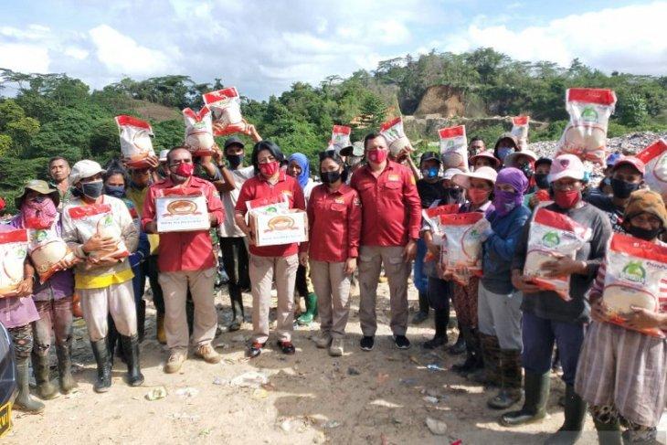 Humas Polda Maluku salurkan beras untuk warga di Ambon