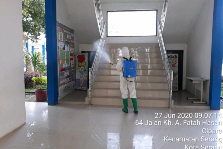 Sat  Brimob Polda Banten semprot disinfektan sekolah jelang 'new normal'