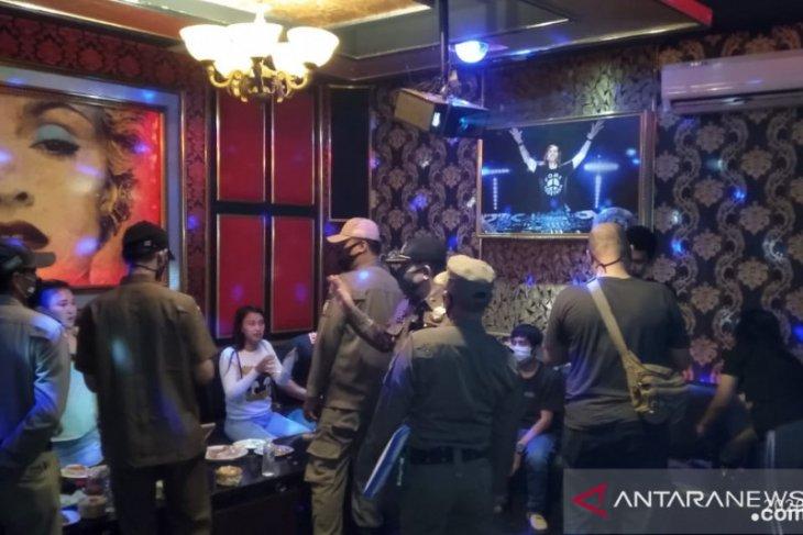 Satpol PP Tangsel razia tiga  tempat hiburan malam, tangkap pasangan mesum