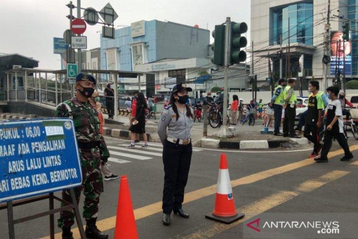 Pelanggar CFD di Jaktim, diberi sanksi pungut sampah
