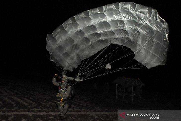 Prajurit Taifib Marinir lakukan terjun malam