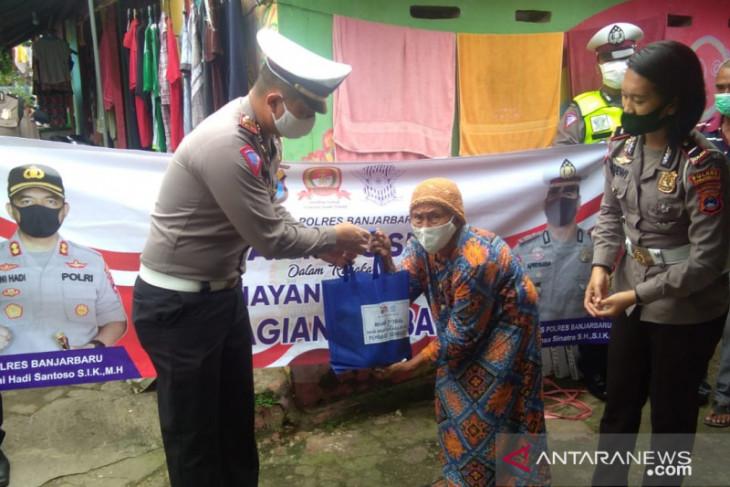 Polres Banjarbaru bagikan sembako dan voucer SIM