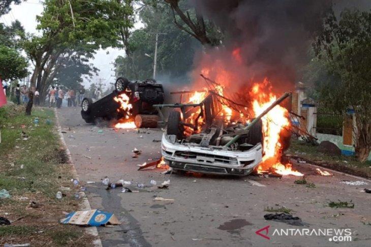 Ricuh pembagian BLT Rp600 ribu: Mobil Wakapolres dibakar, enam anggota Polres terluka
