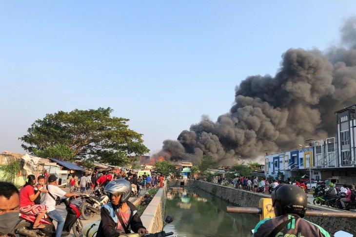 Rumah padat penduduk Jakarta Barat, 21 unit damkar dikerahkan
