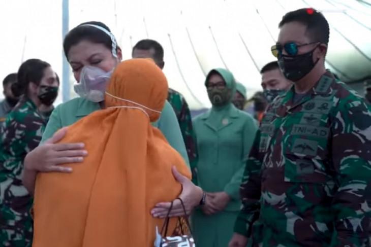 Kasad Jenderal TNI Andika Perkasa beri santunan keluarga korban kecelakaan Mil Mi-17V5 di Papua