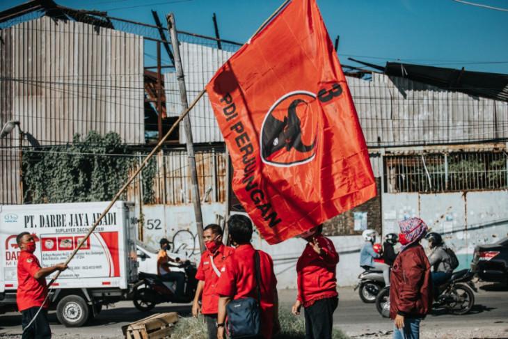 Kader PDI Perjuangan Surabaya kibarkan bendera partai di kampung dan rumah